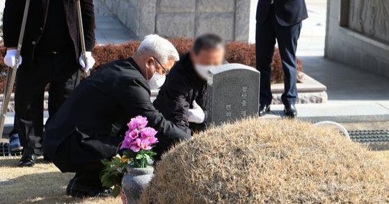 지난 16일 5·18민주화운동 당시 계엄군으로 참여했던 공수부대원(오른쪽)이 자신의 총격으로 숨진 박병현 씨 묘소를 참배하고 박 씨 유가족을 만나 사죄했다. [사진 5·18민주화운동 진상규명조사위원회]