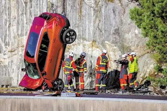 볼보자동차는 충돌 상황에서 승객을 안전하게 보호·구출하기 위한 매뉴얼 마련을 위해 신차 10대를 30m 높이에서 낙하시키는 충돌 테스트 등 다양한 실험을 진행한다. [사진 볼보자동차]
