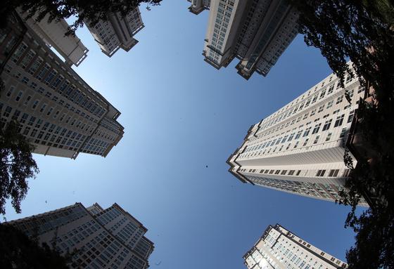 국내 최고가 단지의 하나인 서울 서초구 반포동 반포자이 아파트의 펜트하우스 공시가격이 올해 내리는 것으로 나타났다. 다른 주택형은 10%가량 오른다. 16일 예정가격 열람에 들어간 올해 공동주택 공시가가 14년만의 최고 상승률을 보였다. 사진은 반포자이. 중앙포토
