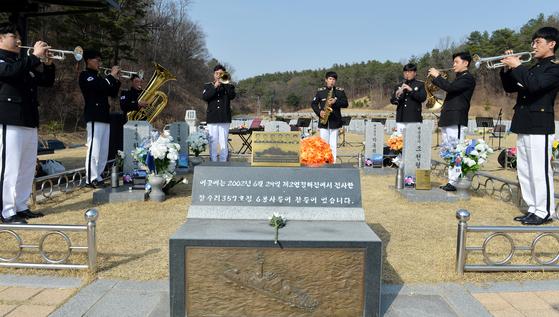 18일 오후 국립대전현충원 연평해전 전사자 묘역에서 대전현충원 의전단원이 추모음악회를 열고 있다. 프리랜서 김성태