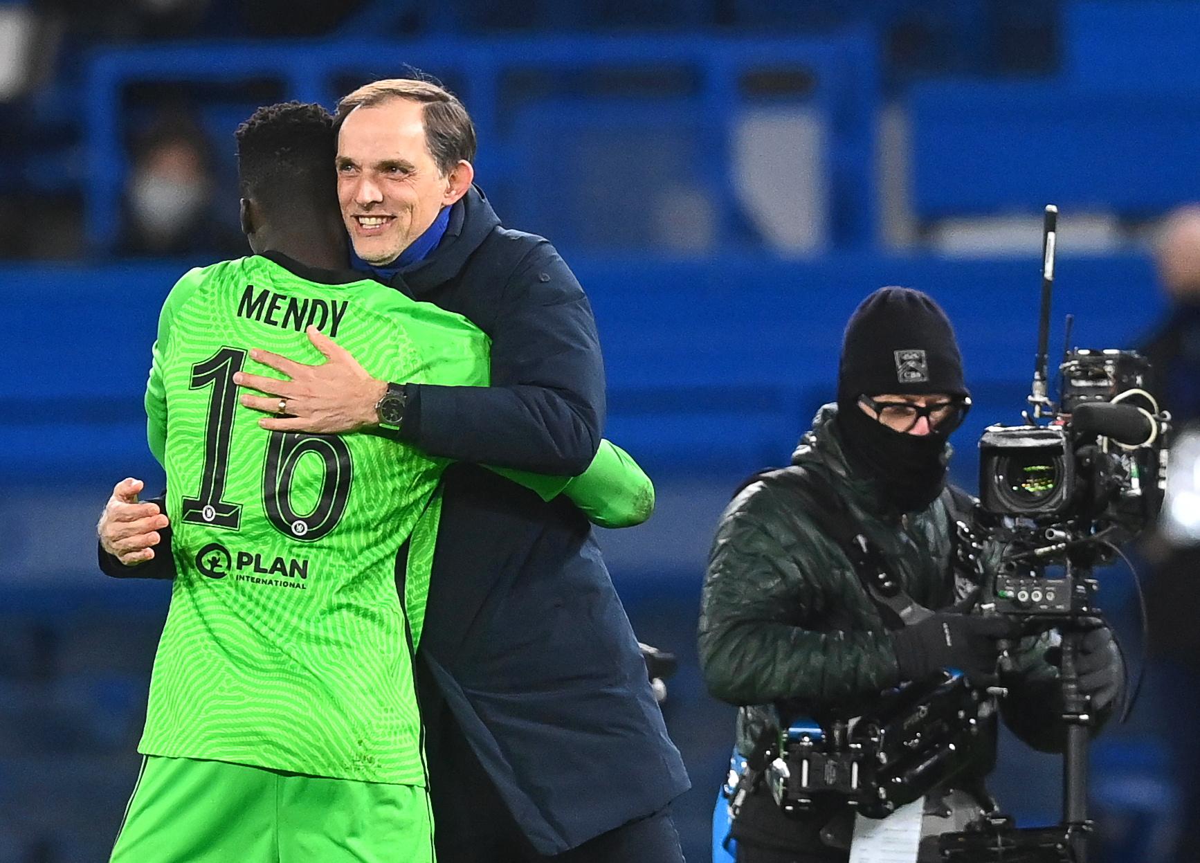 첼시 투헬(가운데) 감독이 챔피언스리그 8강에 진출한 뒤 골키퍼 멘디(왼쪽)를 안아주고 있다. [EPA=연합뉴스]