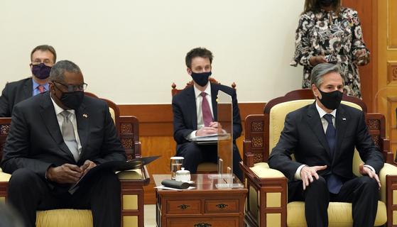 """미국의 토니 블링컨 국무장관(오른쪽)과 로이드 오스틴 국방장관이 18일 청와대를 예방해 문재인 대통령을 만나고 있다. 이에 앞서 외교부에서 열린 외교·국방(2+2) 장관 회의에서 블링컨 장관은 """"한반도 비핵화""""가 아닌 """"북한 비핵화""""라는 용어를 썼다. [연합뉴스]"""