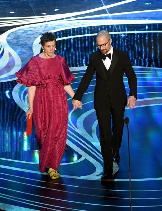 2018년 아카데미 여우주연상을 받은 프랜시스 맥도먼드(왼쪽)는 이듬해 시상자로 오른 무대에서 노란색 버켄스탁을 신고 등장했다. [사진 핀터레스트]