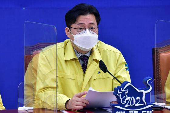 더불어민주당 홍익표 정책위의장이 9일 오전 국회에서 열린 당 원내대책회의에서 발언을 하고 있다. 오종택 기자
