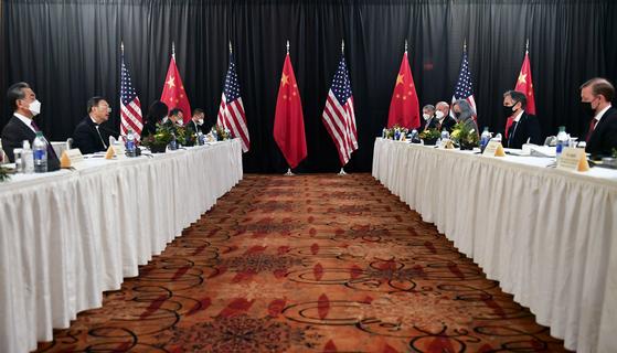 18일(현지시간) 미국 알래스카에서 미중 고위급 회담이 열렸다. 미국 측 토니 블링컨 국무장관과 제이크 설리번 백악관 국가안보보좌관, 중국 측 양제츠(楊潔?) 공산당 외교 담당 정치국원과 왕이(王毅) 중국 외교 담당 국무위원 겸 외교부장이 참석했다 [AP=연합]