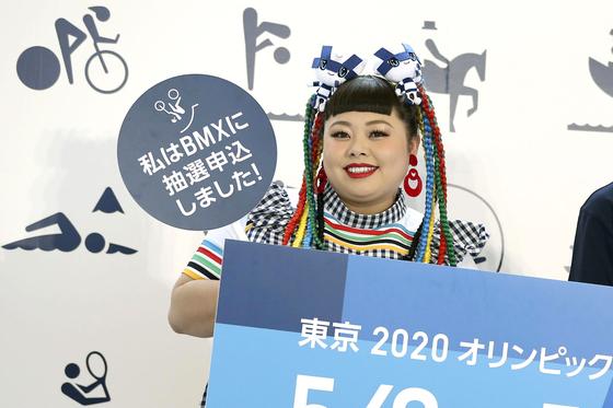 올림픽 감독을 사임시킨 '돼지 화장'… 일본 코미디언의 성숙한 반격