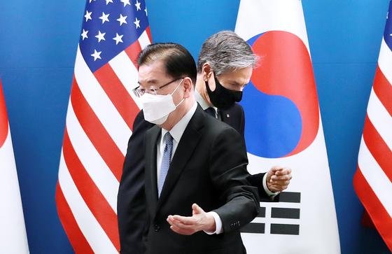 정의용 외교부 장관과 토니 블링컨 미국 국무장관이 18일 오전 외교부 청사에서 회담에 앞서 기념촬영을 한 뒤 자리로 향하고 있다. 사진공동취재단