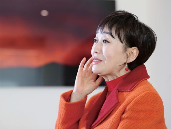 '영원한 디바' 하춘화가 3월 8일 서울 중구 서소문로 중앙빌딩에서 진행된 월간중앙과의 인터뷰에서 지난 세월을 회고하고 있다.