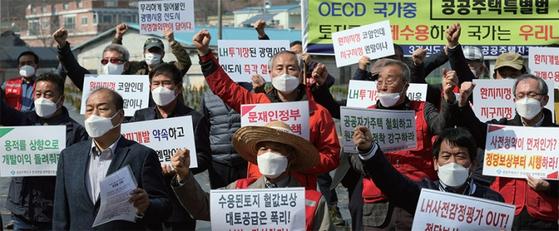 3월 10일 LH 직원 투기 의혹이 제기된 경기도 시흥시 과림동의 한 토지 앞에서 시민단체와 지역주민들이 LH를 규탄하고 있다. / 사진:연합뉴스