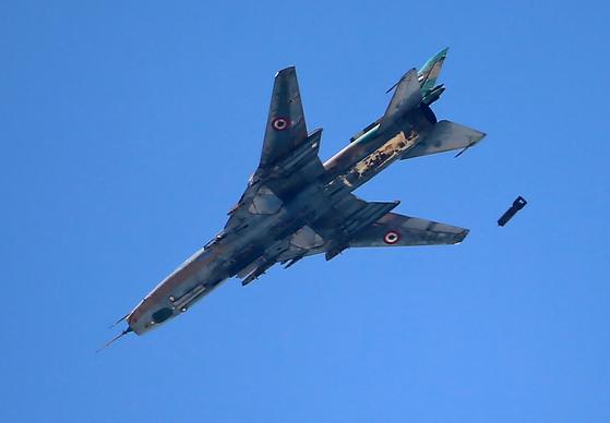 2017년 6월 30일 시리아의 수도 다마스쿠스 교외의 반군 점령 지역 상공에서 시리아 공군의 소련제 수호이-22 전투기가 민간인 거주지역에 폭탄을 투하하고 있다. AFP=연합뉴스