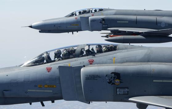 2019년 4월 이왕근 당시 공군참모총장이 F-4E 전투기를 타고 지휘비행하고 있다. 한국은 1968년부터 F-4E 전투기를 도입했고 2025년까지 운용할 예정이다. [사진 공군 제공]