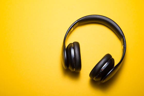 코로나19 이후 실내 생활이 길어지면서 음악·음원 등 오디오에 대한 집중도가 더욱 높아졌다. 사진 언스플래시