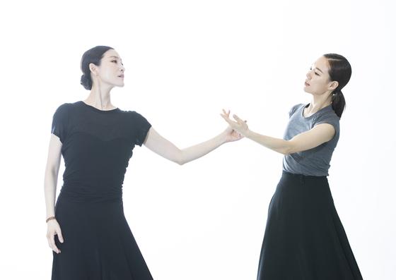 26일 초연하는 '디어 루나'를 연습하고 있는 발레리나 김주원(왼쪽)과 배우 한예리. 권혁재 사진전문기자