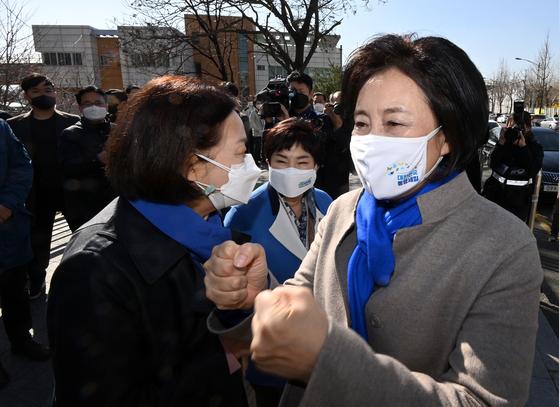 더불어민주당 박영선 서울시장 후보가 22일 오전 서울 광진구 자양한양아파트 정문 앞에서 지지자들과 주먹인사를 나누고 있다. 오종택 기자