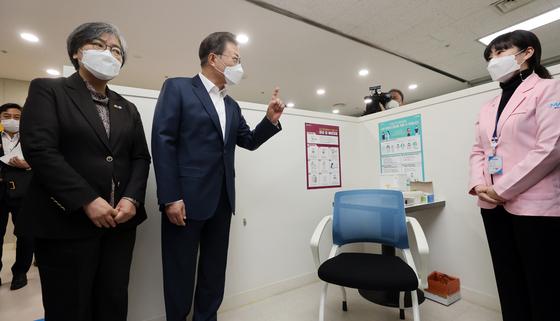 문재인 대통령이 지난달 26일 코로나바이러스감염증 백신 접종을 참관하기 위해 서울 마포구보건소를 방문해 정은경 질병관리청장과 함께 접종실을 점검하고 있다. 제공 청와대사진기자단