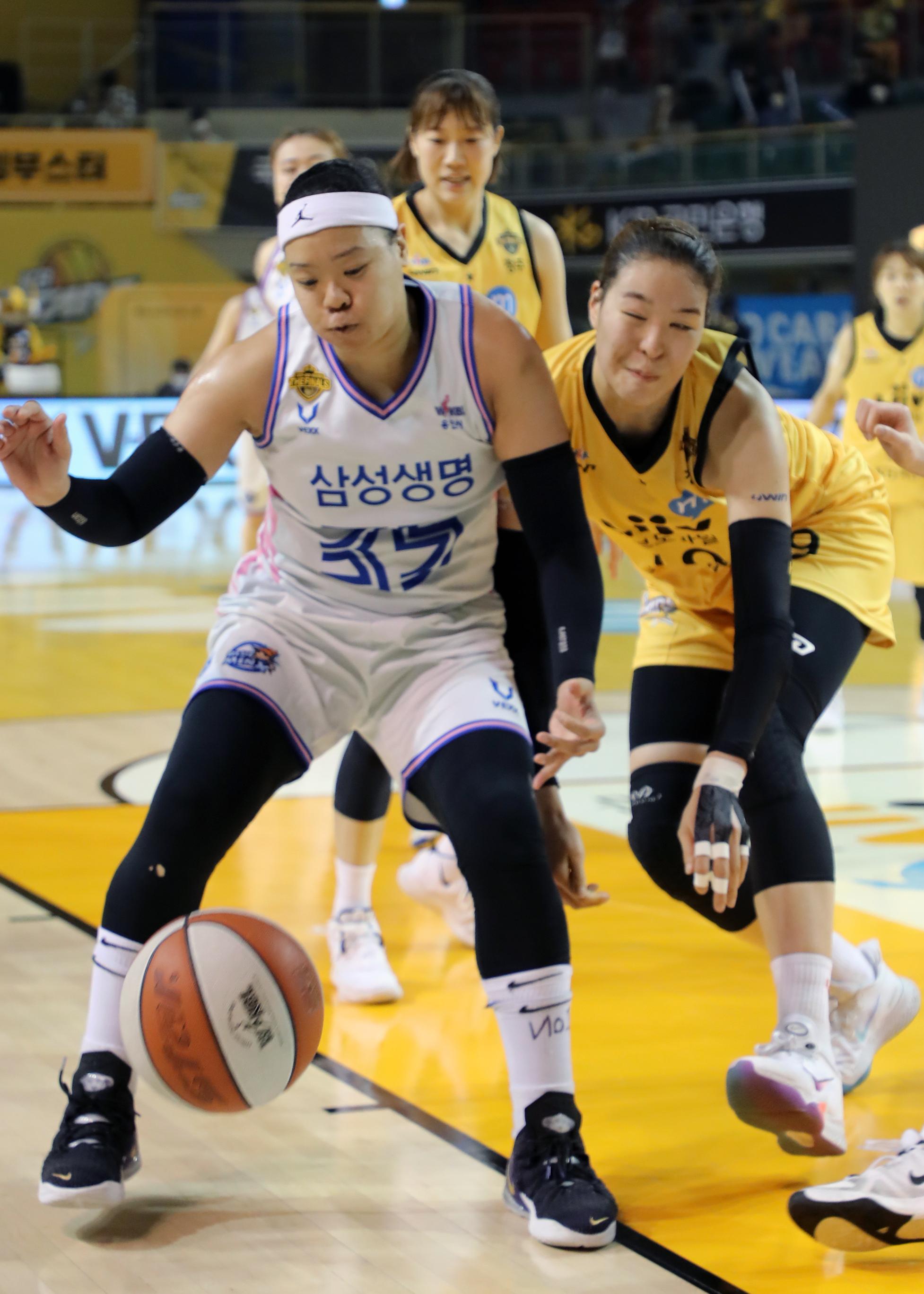 여자농구 챔프전에서 공다툼을 펼치는 삼성생명 김한별(왼쪽)과 KB 박지수. [뉴스1]