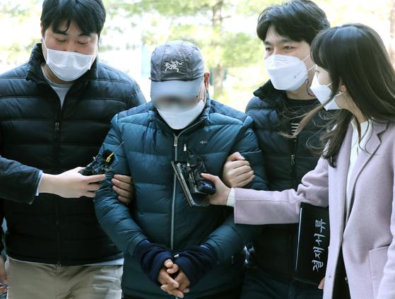 인천 한 초등학교 스쿨존 내에서 25톤 화물트럭을 몰다가 11살 여자아이를 숨지게 한 운전자 A씨(60대)가 구속 전 피의자 심문(영장실질심사)을 받기 위해 22일 인천시 미추홀구 인천지방법원에 들어서고 있다. 뉴스1