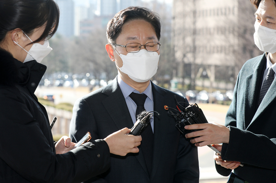 박범계 법무부 장관이 22일 오전 경기 과천 법무부 청사로 출근하며 취재진의 질문에 답하고 있다. 뉴스1