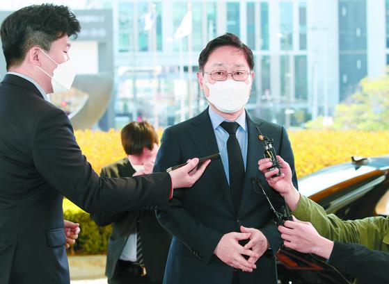 박범계 법무부 장관이 대법관후보추천위원회 참석을 위해 22일 오후 서울 서초구 대법원으로 들어가며 취재진 질문에 답하고 있다. 연합뉴스