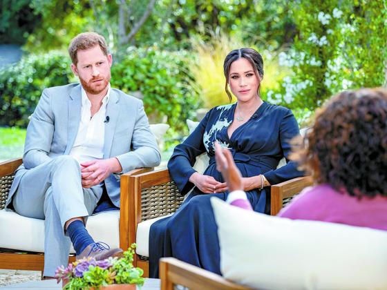 영국 해리 왕자(왼쪽)와 배우자인 메건 마클(오른쪽)이 오프라 윈프리(뒷모습)와 인터뷰하고 있는 모습 [AP=연합뉴스]