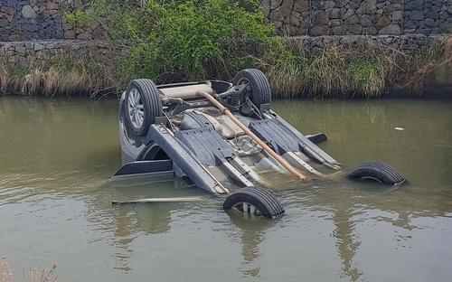 21일 낮 12시 29분께 경남 김해시 화목동의 한 농수로에 빠진 스포츠유틸리티차(SUV) 차량. 사진 경남경찰청