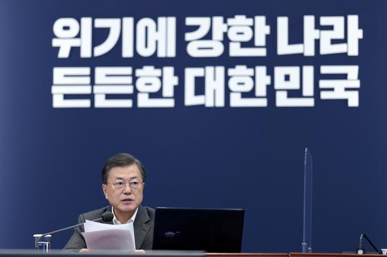 문재인 대통령이 22일 오후 청와대 여민관에서 열린 수석·보좌관회의에 참석해 모두발언하고 있다. [청와대사진기자단]