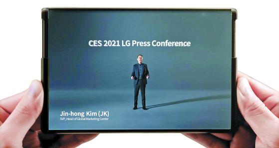 LG전자가 지난 1월 11일(현지시간) 'CES(소비자가전전시회) 2021'에서 공개한 롤러블(둘둘 말아 접는 형태) 스마트폰의 펼쳐진 모습. [연합뉴스]