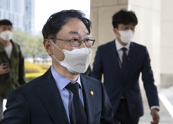 박범계 법무부 장관이 22일 오후 서울 서초구 대법원에서 열린 대법관후보추천위원회에 참석하고 있다. 임현동 기자