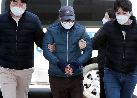 인천 한 초등학교 앞 어린이보호구역(스쿨존)에서 초등학생을 치어 숨지게 한 화물차 운전자 A씨가 22일 오후 영장실질심사를 받기 위해 인천지법으로 들어서고 있다. 연합뉴스