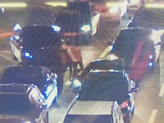지난 13일 오후 7시쯤 부산 해운대구의 한 도로에서 맥라렌 차주가 미니 차량에 다가가 말을 하고 있는 모습. 사진 보배드림 캡쳐