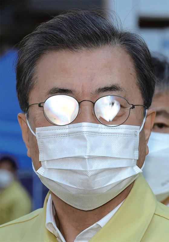 문재인 대통령이 2월 5일 서울 성동구 보건소에서 코로나19 대응 의료시설 보고를 듣고 있다. / 사진:청와대 사진기자단