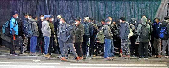 한국경제연구원이 통계청 경제활동인구조사 연간 데이터를 분석한 자료에 따르면 지난해 주요 고용지표가 1998년 외환위기 이후 역대 2번째로 심각했다. 코로나19까지 덮치면서 일자리 상황이 악화되고 있는 지난 2월 16일 오전 서울 구로구 남구로역 앞 인력시장에 일용직 노동자들이 모여 있다. [뉴시스]
