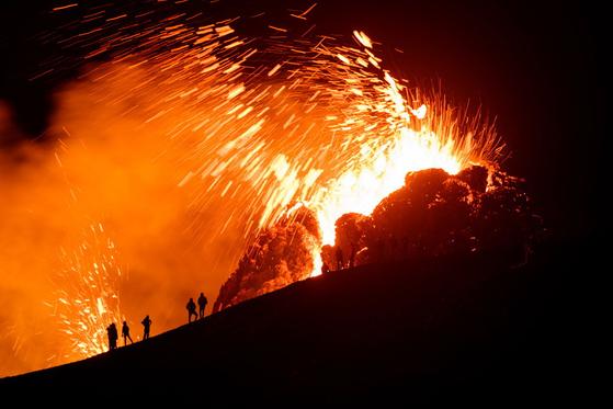 아이슬란드 수도 남서쪽 레이캬네스 반도에서 19일부터 화산이 폭발해 20일(현지시간) 밤 용암이 흘러내리고 있다. 로이터=연합뉴스