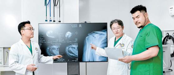 어깨·상지 관절센터의 민슬기 과장, 정성훈 원장, 김철 과장(왼쪽부터)이 회전근개 파열 환자 치료를 위해 의견을 나누고 있다. 김동하 객원기자