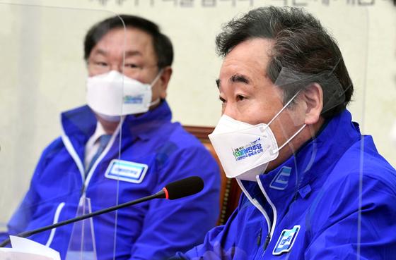 22일 국회 더불어민주당 대표실에서 열린 중앙선대위원회의에서 이낙연(오른쪽)상임선대위원장이 발언을 하고있다. 오종택 기자