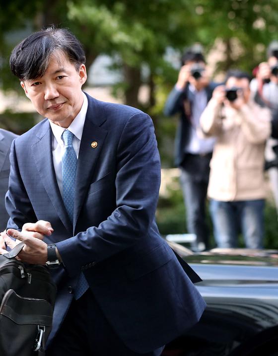 조국 법무부 장관이 지난해 10월 14일 법무부 관계자로부터 가방을 받아들고 방배동 자택으로 들어가고 있다. [연합뉴스]