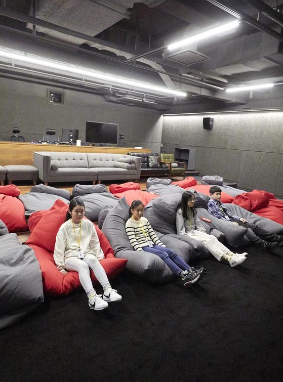 소중 학생기자단이 시사실에서 덱스터 스튜디오가 VFX 작업에 참여한 영화의 장면을 모은 쇼릴(Showreels) 영상을 감상했다.