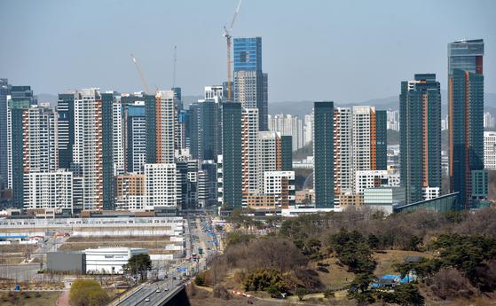정부가 발표한 2021년도 전국 공동주택 공시가격이 세종시가 지난해보다 70.68% 올라 17개 시·도 중 압도적인 상승률 1위를 차지했다. 정부세종청사와 아파트, 상가 등이 가득 들어서 있는 세종시 도심모습. 프리랜서 김성태