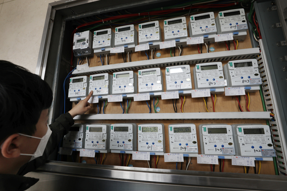 21일 서울의 한 다세대주택에서 관리인이 전기 계량기를 살펴보고 있다. 뉴스1