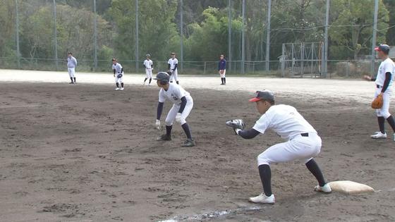 외야가 없는 작은 운동장에서 야구 연습 중인 교토국제학교 야구부 선수들. 산을 깎아 만든 좁은 운동장에는 외야가 거의 없다. 윤설영 특파원.