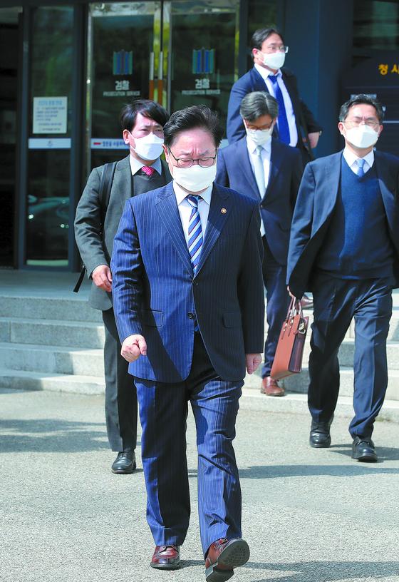 박범계 법무부 장관이 지난 18일 대구지검 상주지청 방문을 마친 뒤 떠나고 있다. [뉴스1]