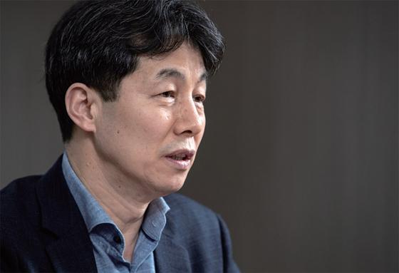 """윤건영 민주당 의원은 """"북한을 상대로 한반도의 평화를 지켜가는 과제""""를 문 정부의 소임이라고 봤다."""