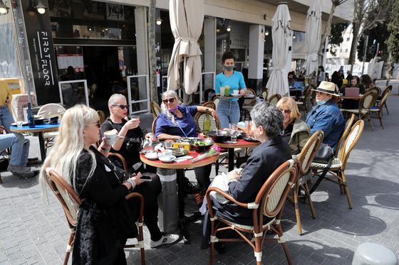 이스라엘인들이 다시 문을 연 식당에 모여 식사하고 있다. [EPA=연합뉴스]