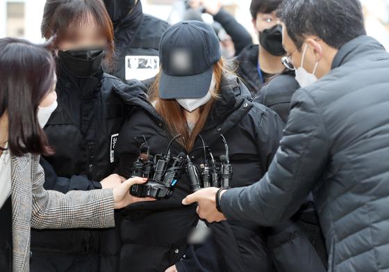 경북 구미서 숨진 3세 여아의 친모로 밝혀진 외할머니가 지난 11일 구속 전 피의자 심문(영장실질심사)을 받기 위해 법원으로 들어가고 있다. 연합뉴스
