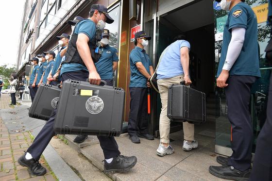 경찰이 지난해 6월 26일 대북전단 살포 활동을 해온 탈북민단체 '자유북한운동연합' 박상학 대표의 사무실을 압수수색하고 있다. [뉴시스]