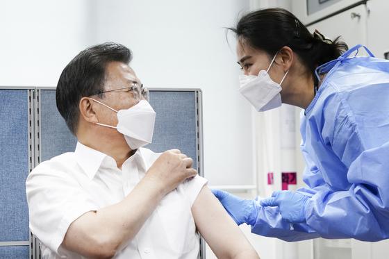 문재인 대통령이 23일 오전 서울 종로구보건소에서 아스트라제네카(AZ)사의 신종 코로나바이러스 감염증(코로나19) 백신을 맞고 있다. 청와대사진기자단