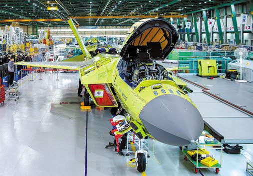 국책 연구개발 사업으로 진행한 한국형 전투기 KF-X가 내달 공개된다. 국내에서 개발한 첨단 장비로 탄생한 전투기라는 점에서 의미를 더한다. 최종 조립되고 있는 KF-X. [사진 KAI]