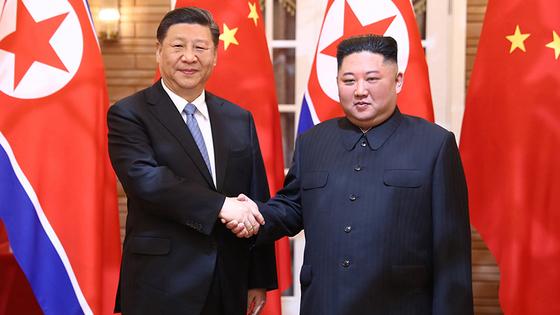 김정은(오른쪽) 북한 국무위원장과 시진핑 중국 국가주석. [중국 신화망 캡처]