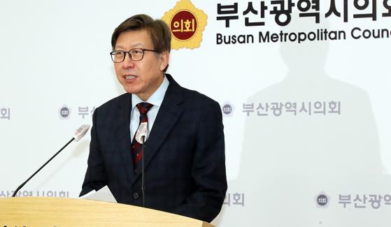 박형준 국민의힘 부산시장 후보가 지난 4일 부산시의회 브리핑룸에서 기자회견을 하고 있다. 송봉근 기자