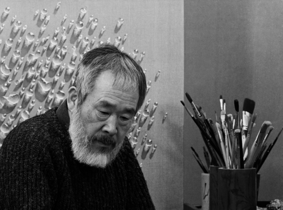 김창열 화백, 1970년대. 문선호 촬영 [사진 가나아트센터]